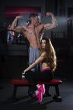 Το νέο προκλητικό ζεύγος, ο αθλητικοί άνδρας και η γυναίκα μετά από την ικανότητα ασκούν, τέλειο μυϊκό σώμα στοκ εικόνες με δικαίωμα ελεύθερης χρήσης
