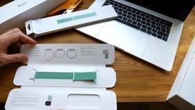 Το νέο ρολόι 42mm της Apple θαλάσσιος πράσινος αθλητικός βρόχος εγκαθιστά Στοκ εικόνες με δικαίωμα ελεύθερης χρήσης