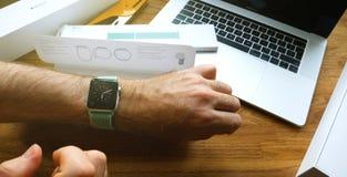 Το νέο ρολόι 42mm της Apple θαλάσσιος πράσινος αθλητικός βρόχος εγκαθιστά Στοκ Εικόνα