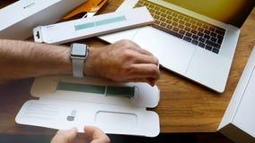 Το νέο ρολόι 42mm της Apple θαλάσσιος πράσινος αθλητικός βρόχος εγκαθιστά Στοκ φωτογραφία με δικαίωμα ελεύθερης χρήσης