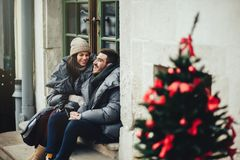Το νέο ρομαντικό ζεύγος έχει τη διασκέδαση υπαίθρια το χειμώνα ενώπιον του CH στοκ εικόνες με δικαίωμα ελεύθερης χρήσης