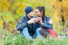 Το νέο ρομαντικό ζεύγος χαλαρώνει στη φύση φθινοπώρου Στοκ Εικόνα