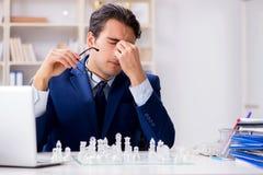 Το νέο σκάκι γυαλιού παιχνιδιού επιχειρηματιών στην αρχή Στοκ Φωτογραφία