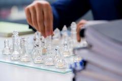Το νέο σκάκι γυαλιού παιχνιδιού επιχειρηματιών στην αρχή Στοκ εικόνα με δικαίωμα ελεύθερης χρήσης