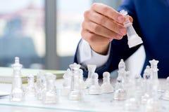 Το νέο σκάκι γυαλιού παιχνιδιού επιχειρηματιών στην αρχή Στοκ φωτογραφίες με δικαίωμα ελεύθερης χρήσης