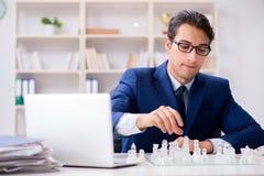 Το νέο σκάκι γυαλιού παιχνιδιού επιχειρηματιών στην αρχή Στοκ Φωτογραφίες