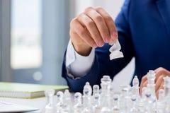Το νέο σκάκι γυαλιού παιχνιδιού επιχειρηματιών στην αρχή Στοκ Εικόνες