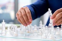 Το νέο σκάκι γυαλιού παιχνιδιού επιχειρηματιών στην αρχή Στοκ εικόνες με δικαίωμα ελεύθερης χρήσης