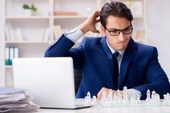 Το νέο σκάκι γυαλιού παιχνιδιού επιχειρηματιών στην αρχή Στοκ φωτογραφία με δικαίωμα ελεύθερης χρήσης