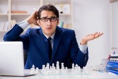 Το νέο σκάκι γυαλιού παιχνιδιού επιχειρηματιών στην αρχή Στοκ Εικόνα