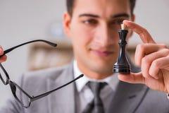 Το νέο σκάκι παιχνιδιού επιχειρηματιών στο γραφείο Στοκ Φωτογραφίες
