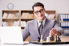 Το νέο σκάκι παιχνιδιού επιχειρηματιών στο γραφείο Στοκ εικόνες με δικαίωμα ελεύθερης χρήσης