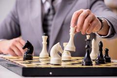 Το νέο σκάκι παιχνιδιού επιχειρηματιών στο γραφείο Στοκ Εικόνα