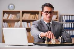 Το νέο σκάκι παιχνιδιού επιχειρηματιών στο γραφείο Στοκ φωτογραφία με δικαίωμα ελεύθερης χρήσης
