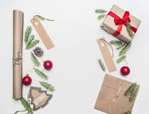 Το νέο τύλιγμα δώρων έννοιας έτους ή Χριστουγέννων, έγγραφο, φάκελοι, χριστουγεννιάτικο δέντρο διακλαδίζεται, σε ένα άσπρο υπόβαθ στοκ εικόνα