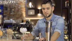 Το νέο τύπος-bartender αρχίζει την κύρια κατηγορία προετοιμασίας του ένα εξωτικό κοκτέιλ φιλμ μικρού μήκους