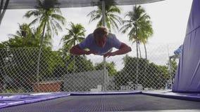 Το νέο φίλαθλο άτομο κάνει τα extremal τεχνάσματα πηδώντας στο τραμπολίνο απόθεμα βίντεο