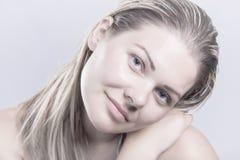 Το νέο φυσικό πρόσωπο ομορφιάς, γυναίκα ξανθών μαλλιών χωρίς αποτελεί Στοκ Εικόνες