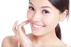 Το νέο χέρι γυναικών χαμόγελου αγγίζει το στόμα της στοκ φωτογραφία με δικαίωμα ελεύθερης χρήσης