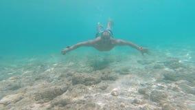 Το νέο χαμογελώντας άτομο βουτά ελεύθερο υποβρύχιο GoPro Hero7 απόθεμα βίντεο