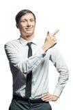 Το νέο χαμογελώντας άτομο παρουσιάζει κάτι που απομονώνεται στο άσπρο υπόβαθρο Στοκ Φωτογραφία