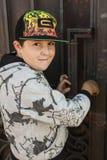 Το νέο χαμογελώντας αγόρι στοκ εικόνες