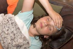 Το νέο χαριτωμένο καυκάσιο κορίτσι έχει έναν πονοκέφαλο Στοκ Εικόνες