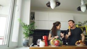 Το νέο χαρούμενο ζεύγος έχει τη διασκέδαση που χορεύει και που τραγουδά ενώ ο πίνακας για το πρόγευμα στην κουζίνα τίθεται στο σπ φιλμ μικρού μήκους