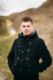 Το νέο όμορφο άτομο έμεινε στον τομέα, λιβάδι στην ημέρα φθινοπώρου Στοκ Εικόνες