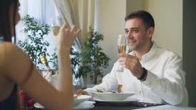 Το νέο όμορφο άτομο μιλά στη φίλη του κατά την ημερομηνία στο εστιατόριο, σαμπάνια κατανάλωσης και λήψη του χεριού της με την αγά απόθεμα βίντεο