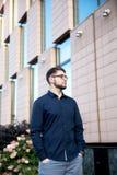 Το νέο όμορφο άτομο στέκεται κλειστό στο κτήριο στοκ φωτογραφία με δικαίωμα ελεύθερης χρήσης