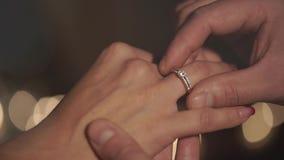 Το νέο όμορφο αισθησιακό ζευγάρι είναι στο ηλιοβασίλεμα απόθεμα βίντεο