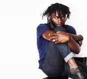 Το νέο όμορφο αμερικανικό άτομο afro, βλέμμα, βοτανίζει junky απομονώνει Στοκ φωτογραφίες με δικαίωμα ελεύθερης χρήσης