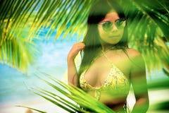 Το νέο όμορφο ασιατικό κορίτσι στο μπικίνι απολαμβάνει τις καλοκαιρινές διακοπές στην τροπική παραλία Θερινές διακοπές και έννοια Στοκ εικόνες με δικαίωμα ελεύθερης χρήσης