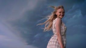 Το νέο όμορφο εμπνευσμένο κορίτσι ο αέρας, χαμογελώντας στον τομέα στη βροχερή ημέρα το καλοκαίρι, έννοια ελευθερίας απόθεμα βίντεο