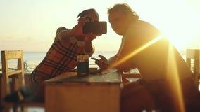 Το νέο όμορφο ζεύγος ερωτευμένο παίρνει selfie με το smartphone στην μπύρα κατανάλωσης καφέδων παραλιών κατά τη διάρκεια του χρόν απόθεμα βίντεο
