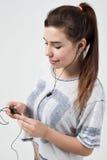 Το νέο όμορφο κορίτσι ακούει τη μουσική Στοκ φωτογραφίες με δικαίωμα ελεύθερης χρήσης