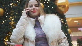 Το νέο όμορφο κορίτσι απαντά στην κλήση closeup απόθεμα βίντεο