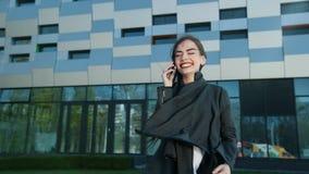 Το νέο όμορφο κορίτσι αυξάνει το τηλέφωνό της και απαντά στην κλήση φιλμ μικρού μήκους