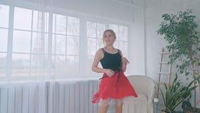 Το νέο όμορφο κορίτσι μαθαίνει την αίθουσα χορού που χορεύει στο στούντιο απόθεμα βίντεο