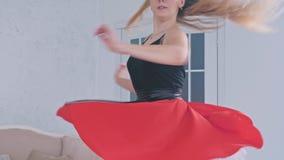 Το νέο όμορφο κορίτσι μαθαίνει την αίθουσα χορού που χορεύει στο στούντιο φιλμ μικρού μήκους