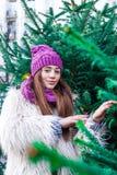 Το νέο όμορφο κορίτσι μόδας απολαμβάνει το χρόνο της μέχρι τις χειμερινές διακοπές το βράδυ Χριστουγέννων, Μόσχα, πλατεία Tverska στοκ φωτογραφίες με δικαίωμα ελεύθερης χρήσης