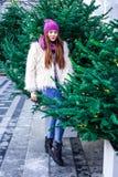 Το νέο όμορφο κορίτσι μόδας απολαμβάνει το χρόνο της μέχρι τις χειμερινές διακοπές το βράδυ Χριστουγέννων, Μόσχα, πλατεία Tverska στοκ εικόνες