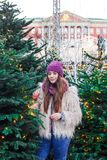 Το νέο όμορφο κορίτσι μόδας απολαμβάνει το χρόνο της μέχρι τις χειμερινές διακοπές το βράδυ Χριστουγέννων, Μόσχα, πλατεία Tverska στοκ φωτογραφία με δικαίωμα ελεύθερης χρήσης