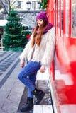 Το νέο όμορφο κορίτσι μόδας απολαμβάνει το χρόνο της μέχρι τις χειμερινές διακοπές το βράδυ Χριστουγέννων, Μόσχα, πλατεία Tverska στοκ εικόνα