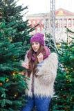 Το νέο όμορφο κορίτσι μόδας απολαμβάνει το χρόνο της μέχρι τις χειμερινές διακοπές το βράδυ Χριστουγέννων, Μόσχα, πλατεία Tverska στοκ φωτογραφία