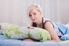 Το νέο όμορφο κορίτσι ξύπνησε στην κινηματογράφηση σε πρώτο πλάνο κρεβατιών στοκ εικόνα με δικαίωμα ελεύθερης χρήσης
