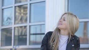 Το νέο όμορφο κορίτσι παρουσιάζει γλώσσα απόθεμα βίντεο