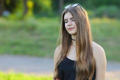 Το νέο όμορφο κορίτσι παρουσιάζει ευδαιμονία ευχαρίστησης απόλαυσης συγκινήσεων Στοκ φωτογραφία με δικαίωμα ελεύθερης χρήσης