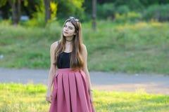 Το νέο όμορφο κορίτσι παρουσιάζει ευδαιμονία ευχαρίστησης απόλαυσης συγκινήσεων Στοκ Φωτογραφίες